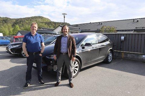 Christian Skjelbred (t.h.) og  Karsten Strand bor begge i Åmundsleitet borettslag og eier el-bil.   Nå har borettslaget fått ladestøtte fra kommunen.