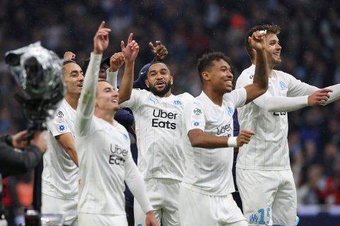 Marseille og Jordan Amavi (midten) feirer seieren mot Lyon. Vi tror Marseille får mer å juble for i kveld.  (AP Photo/Daniel Cole)