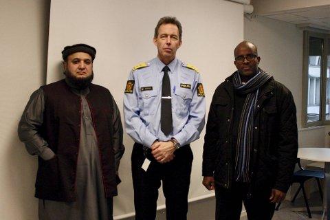 Politimester Kaare Songstad møtte fredag (fra venstre) imam Muhammad Azeemf  og imam Abdi-Ladif a. Ahmed i Bergen moske.