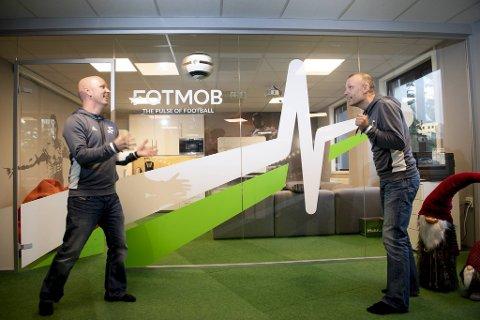 Christer og Tommy Nordvik viser frem fotballferdigheter på kontoret til Norapps på Kokstad.