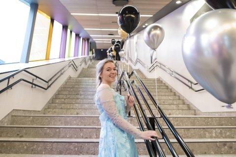 Ida Ersland  skal fremover sjekke billetter eller ste i kiosken., men på åpningsdagen ble det prinsesserollen hun fikk bryne seg på.