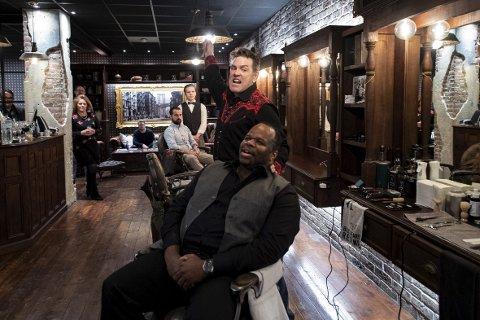 Michael Meyers og Leister Lynch fremførte en smakebit på den kommende musikalen «Sweeney Todd» på Bjørvin Barbersalong. Musikalen settes opp av Bergen Nasjonale Opera                                             og Harmonien. FOTO: RUNE JOHANSEN