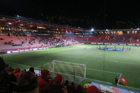 Når høstmørket kommer til Bergen... er det knapt en kjeft som bryr seg om Brann. (Foto: Alexander Osdal)