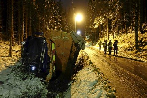 Her gikk det galt for brøytebilen, som kjørte av veien like nedenfor skistadion på Bontveit. Den smale landeveien var isglatt.