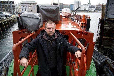 Egil Sunde vil at Kystkultursenteret skal få kjøpe den elektriske Beffen-båten som ligger her ved Bradbenken, samt den dieseldrevne som for tiden ligger i vinterdvale i Forlangsvåg. For å få det til behøver han hjelp.