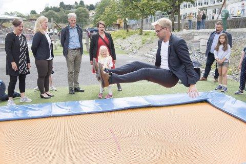 Ap, her ved leder Jonas Gahr Støre, ordfører                           i Bergen Marte Mjøs Persen (i midten i rødt) og Roger Valhammer (på trampolinen) brukte store deler av valgkampen i høst på å snakke om gratis SFO for hele første trinn.