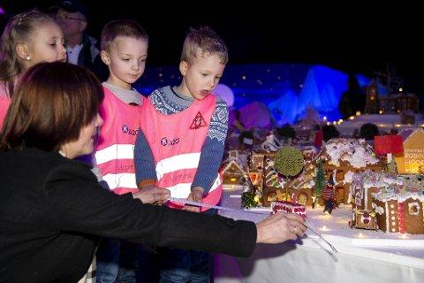 Leander Johnsen Dale, Mathias Liland Meyer og Maja Blindheim Håland (5) fra A2G barnehage i Åsane sammen med Kjersti Hjelmeland Brakstad.