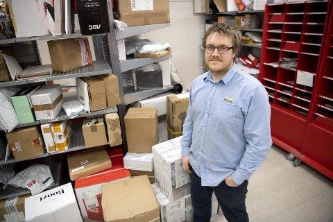 – Jeg må vel stable til taket, sier butikksjef Eivind Trengereid på Joker Ervik. Han ventet 400 nye pakker fredag.