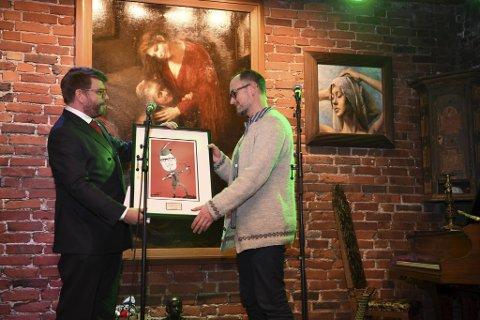 Marcos Amano mottok prisen av BAs sjefredaktør Sigvald Sveinbjørnsson.