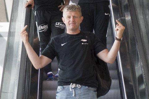 Lars Arne Nilsen bryr seg ikke nevneverdig om omgivelsenes krasse kritikk! Her fra et lystig øyeblikk da han sto i rulletrappen på Flesland, hjemme etter en mektig 2-1-seier på Lerkendal i 2018!