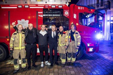 Regissør Pål Øie og skuespillerne Mikkel Bratt Silset og Torbjørn Harr ankom filmpremieren sammen med lokale brannmenn i en av byens brannbiler.