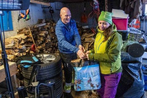 I garasjen har Bodil Reime Sørlie og Jarle Vines masse ved produsert fra skogen på gården de eier. Foto: EIRIK HAGESÆTER