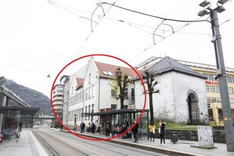 De to byggene her skal bort for å gjøre plass til en ny middelalderpark i Bergen.
