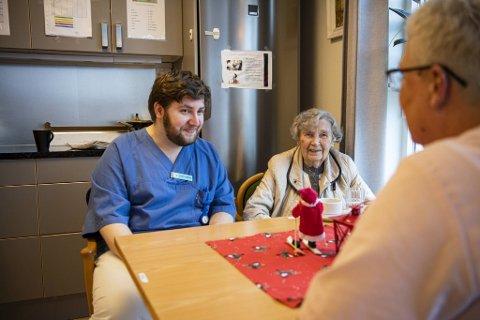 Kim-André Nordvik (20) hadde lenge forberedt seg på at han etter endt skolegang måtte begynne å jobbe et helt annet sted. Men plutselig fikk han jobbtilbud på Engen sykehjem. – Det er veldig kjekt å ha Kim her. Han er flink, sier beboer Laila (90).