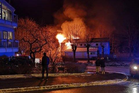 Det brant kraftig i et rekkehus på Dalekvam i Vaksdal. Like etter 2130 ble det meldt at brannvesenet har kontroll på brannen.
