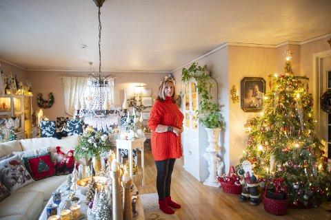 Inger Johanne Bjørgvik har stor glede av å pynte hjemmet til jul. – Det gir lys og er en trøst for meg, forteller hun. FOTO: Emil Weatherhead Breistein