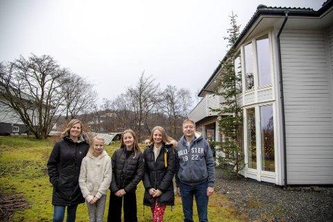 Familen Joys har et juletre du neppe har sett før. Fra venstre: Anne-Rose, Karoline (11), Kristine (16), Amanda (18) og Jan-Henrik.