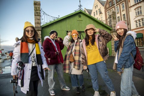 Yan Yi (28), Jiahni Li (25), Shiwen Zhang (29), Ziyuan Hong (20) og Zhenhao Peng (27) på venninnetur fra Kina til Bergen.