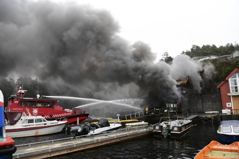Brannbåten deltok i slukningsarbeidet.