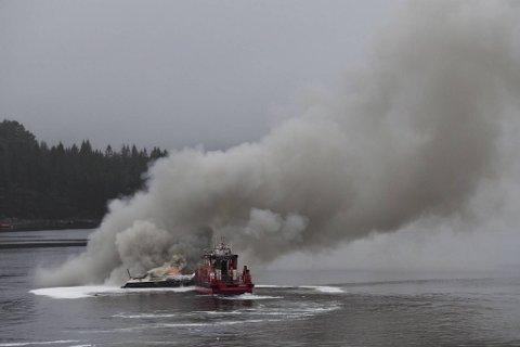 Her ble den brennende båten trukket ut på fjorden.
