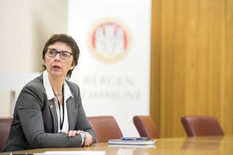 Trine Samuelsberg, kommunaldirektøren, får kritikk for slapp ledelse.