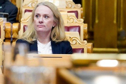 Arbeids- og sosialminister Anniken Hauglie (H) må svare på en rekke spørsmål om trygdeskandalen fra kontrollkomiteen på Stortinget.