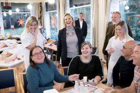 Stemningen var på topp da eldreminister Sylvi Listhaug (i midten) besøkte Verdighetsenteret i Bergen. Her tar sykepleiere og helsefagarbeidere etterutdanning i Akuttmedisinsk eldreomsorg. FOTO: HELGE SKODVIN