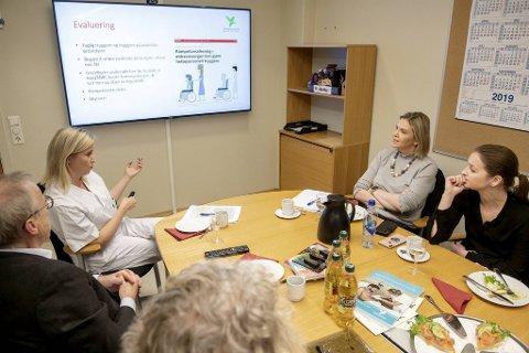 Avdelingsleder for Helse og omsorg Silje B. Eikemo (til v.) på Verdighetsenteret gir en innføring til eldreminister Sylvi Listhaug og Marte Monstad fra Frp (til h.).