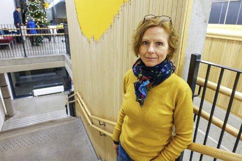 – Dette er ikke enkeltstående guttestreker, men fremstår som systematisk hærverk, sier Hellen-rektor Lise Mikkelsen. Nå ber hun lokalmiljøet slå ring om skolen. FOTO: EIVIND A. PETTERSEN