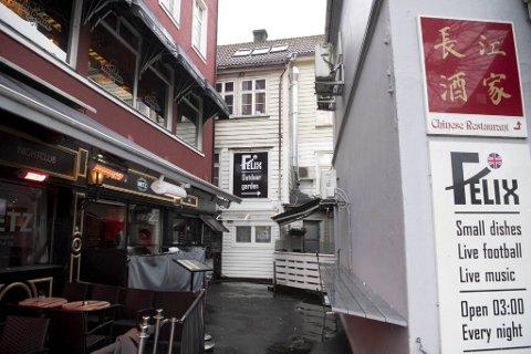 Det var planlagt at restauranten «Matgal Burger» skulle åpne her på Torget i høst.