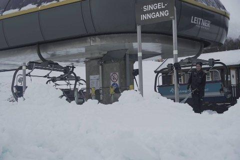 Snøen har lavet ned i alpintanlegget i Myrkdalen. Fredag spar de vekk snø av heisen for å åpne i helgen.