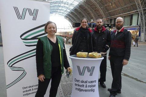 (Fra v.) Vy-ansatte Linda Kragseth, Siri Søvde, Håvard Margido Aspen og Alexander Vatne delte ut sjokolade for å markere seieren.