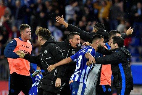 Deportivo Alaves og Ruben Duarte jubler etter 1-0-seieren mot Real Madrid hjemme i Nord-Spania. (AP Photo/Alvaro Barrientos)