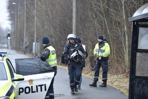 Mannen hadde ikke noe farlig i sekken, men politiet tilnærmet seg den forsiktig.