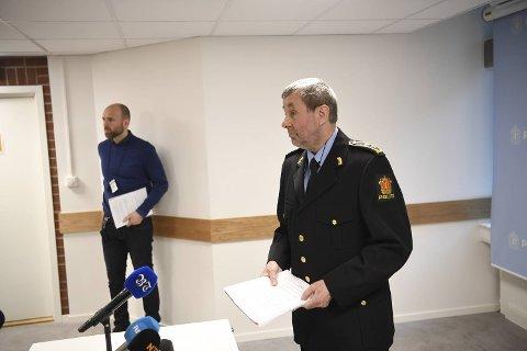 Politiadvokat Trond Eide kunne fortelle at en person er siktet for drap, og at ti personer er pågrepet, etter at en mann ble knivdrept fredag.