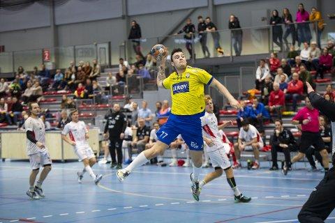TALENT: Etter ungdomsskulen flytta Leander Myklebust Seime (19) og mora til Bergen for å satse på Leanders handballkarriere. I helga fekk han endeleg reise seg frå benken, og då banka han like gjerne inn elleve scoringar.
