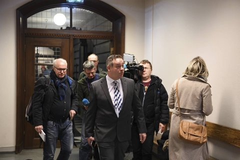 Den drapssiktedes forsvarer Jørgen Riple kommer til rettslokalet.