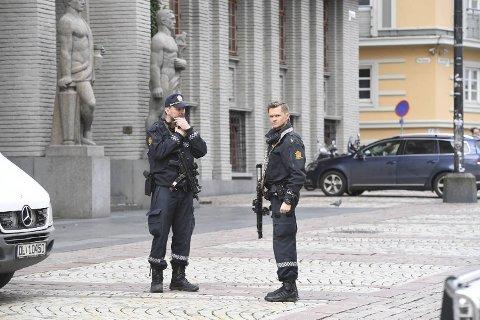 Bevæpnet politi tok mandag ettermiddag oppstilling utenfor Bergen tingrett.