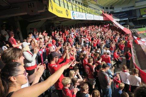 Også oppmøtet av Brann-supportere i Kristiansand var imponerende. Nesten 800 røde og hvite var på plass.