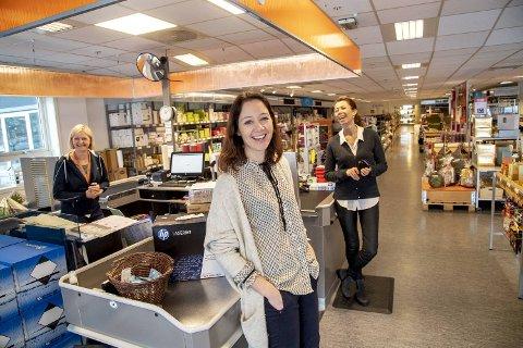 Sissel Brusdal Solhaug (i midten) og Ruth Brusdal leder og eier familiebedriften, mens Wenche Rivenes Antun (t.v.) er butikksjef i Indre Arna.