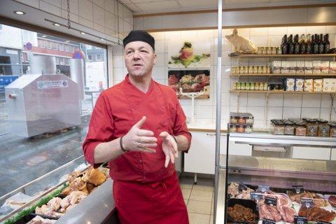 Driften i Solheimsviken går bra, men Bjarte Birkelund er likevel bekymret for at folk bruker dagligvarekjeder over spesialbutikker som Solheim Kjøtt. Nylig måtte butikken på Laksevåg stenge dørene fordi den ikke lønnet seg.