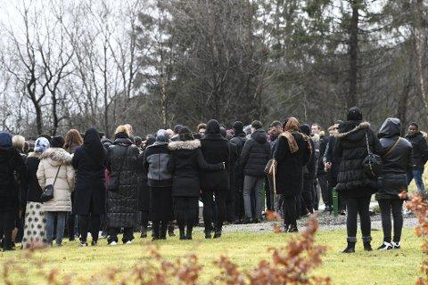 GRAVFØLGE: Et par hundre mennesker møtte opp til Said Bassam Chatayas begravelse.