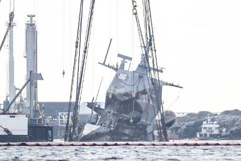 Hevingen av fregatten KNM Helge Ingstad er igang med kranfartøyene Gulliver og Rambiz.