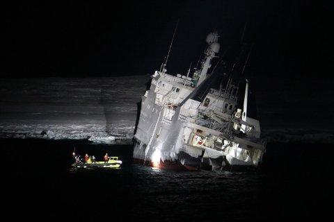 «Northguider» forliste i Hinlopenstretet helt nord på Svalbard i romjulen. 14 personer ble reddet opp fra havaristen av Sysselmannen på Svalbards redningshelikopter. Båten er hjemmehørende i Bergen og eies av rederiet Opillio AS fra Austevoll. Foto: Kystverket/Kystvakten