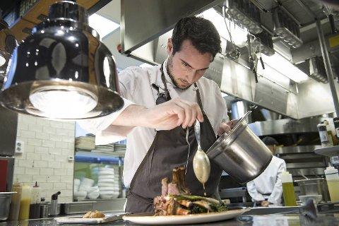 Sjefskokk Marcello Amato forbereder lammecarré. Theatro har en flott beliggenhet og våre anmeldere hadde håpet på mer spennende retter og et bedre utvalg av vin.