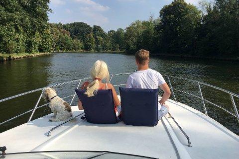 Familien fra Bergen reiste med båt fra Lofoten til Barcelona – en reise som gikk via mange kanaler i Tyskland og Frankrike. Her nyter mamma Mona og Nicholas (16) grønne parker i Frankrike.