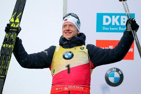 Johannes Thingnes Bø over mål som overlegen vinner av jaktstarten i Anterselva for snaue to uker siden. I kveld jakter han sesongens tolvte verdenscupseier i canadiske Canmore. (Andrea Solero/ANSA via AP)