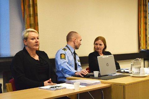 Tidligere bistandsadvokat Laila Kjærvik, etterforskningsleder Andreas Lervik og politiadvokat Eli Valheim under det første fengslingsmøtet i Bergen tingrett.
