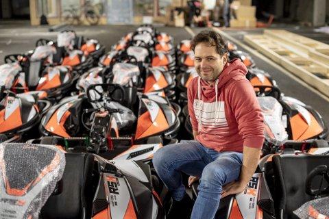 Splitter nye: Johnny Bernhardsen er klar for å åpne Bergen Gokartsenter på Sotra. Her avbildet med de splitter nye og elektriske gokartene fra den franske leverandøren Sodikart.