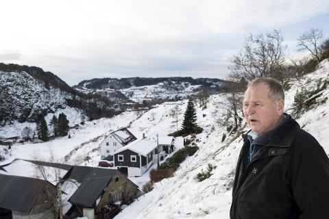 Erling Engeseth trodde han skulle få jordene sine fulle av boliger nå når han har lagt ned gården. I stedet er det bare mer snø og is. Foto: SKJALG EKELAND